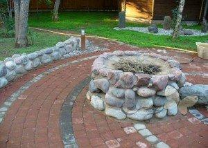 Декоративная клумба из камня и отборного порфира