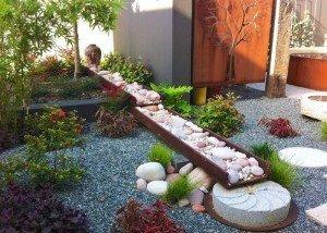 Декорирование двора натуральным камнем и галькой из Италии