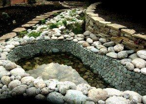 Искусственный водоем из восточной гальки