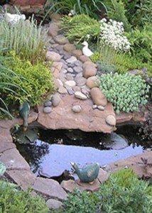 Водоем из натурального камня и гальки