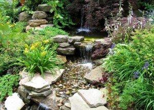 Водопад из восточной гальки и природного камня