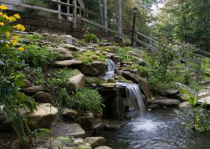 Водопад в парке из природного камня