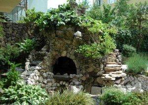 Декоративное сооружение из редкого камня