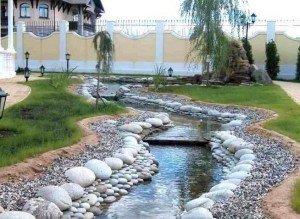 Река во дворе из восточной гальки и камня