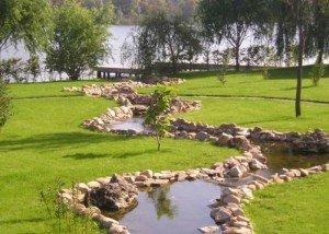 Речка в парке из камня