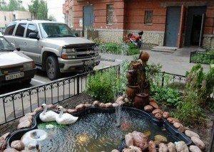 Декоративный водоем во дворе из цветного камня