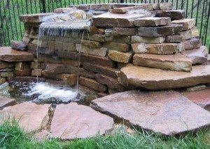 Водопад во дворе из итальянского камня