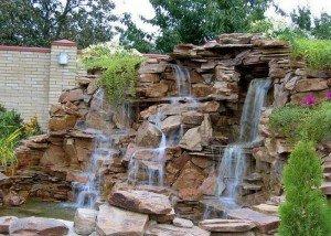 Искусственный водопад в саду из редкого камня