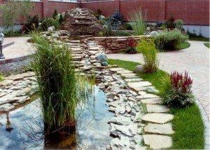 Водоемы во дворе из камня и гравия