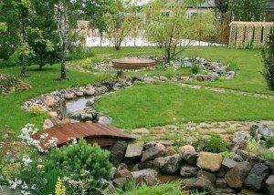Искусственная река в саду из итальянского камня