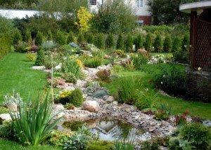 Декоративная речка во дворе из порфира, гравия и гальки