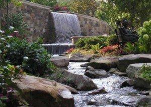 Водопад в парке из натурального итальянского камня