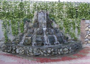 Водопад во дворе из редкого камня