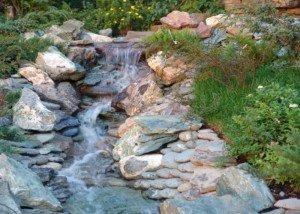 Водопад из гальки и натурального цветного камня