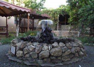 Искусственный фонтан в саду из итальянского камня