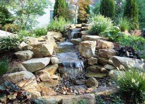 Водопад из цветной итальянской гальки и камня