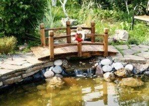 мостик через реку из камня и гальки