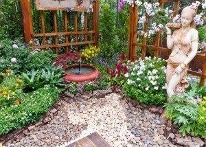 Украшение сада цветной галькой