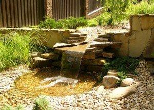 Водопад из натуральной гальки и редкого камня