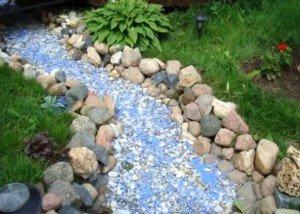 Декоративный ручей из цветной крошки и гальки