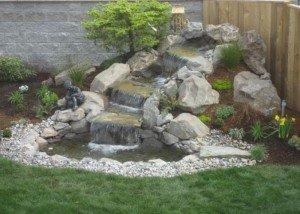 Водопад из белого камня и полированной гальки