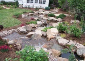 Водоем в саду из натурального камня