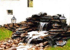 Водоем из полированной гальки и редкого камня