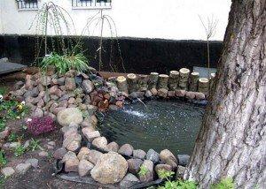Декоративный водоем из камня и дерева