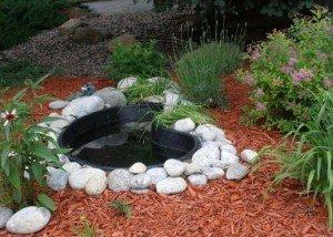 Декоративный водоем в саду из камня