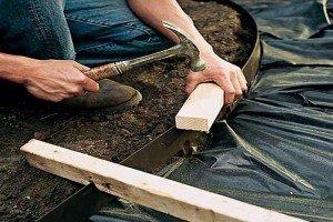 Утрамбованный песок следует застелить изолирующим материалом.