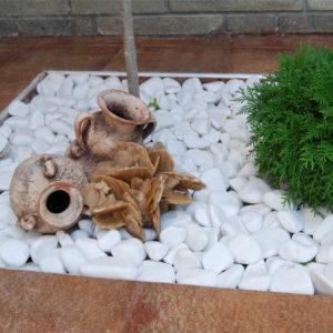 Декор белым камнем