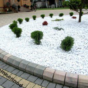 Клумба с использованием белого камня тассос